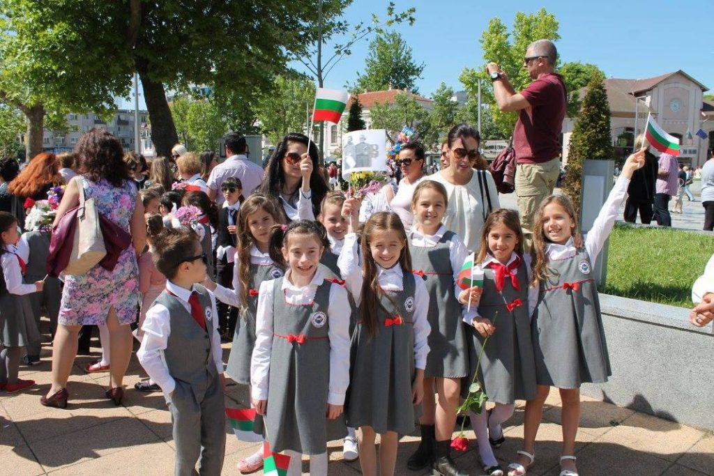 деца с униформи в училищен двор
