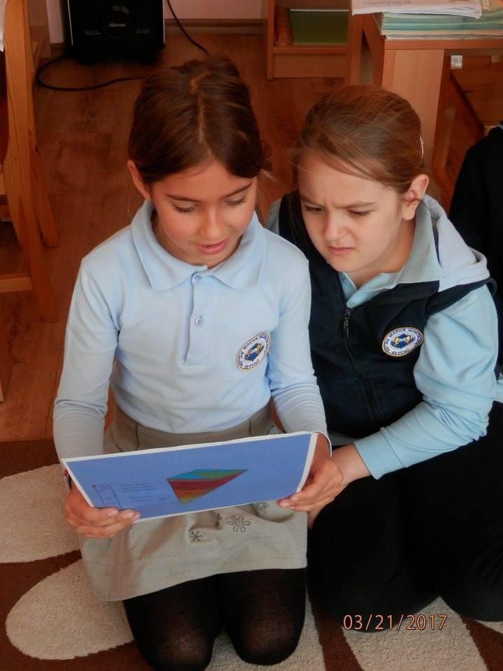 две момичета от ЧНУ Д-р Мария Монтесори град Бургас с ученически униформи