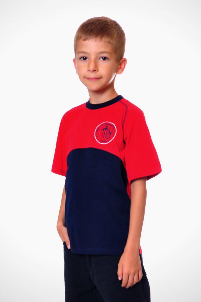 тениска без яка като елемент от униформа